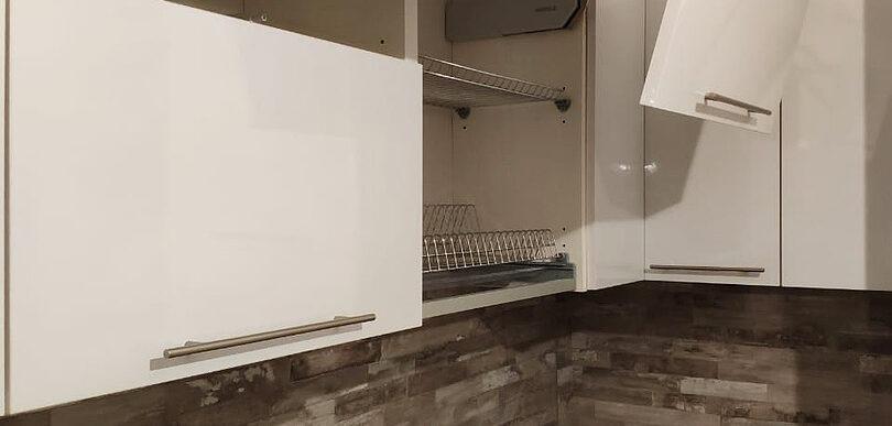 Угловая кухня на заказ с фасадами в пластике