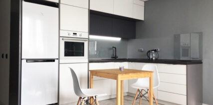 кухня на заказ с белыми пластиковыми фасадами