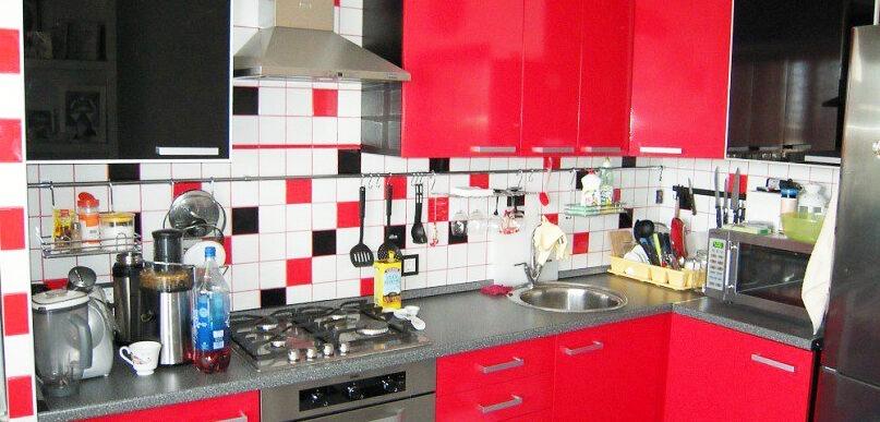 Угловая красная кухня на заказ с фасадами мдф с пвх