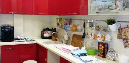 красная кухня в пластике